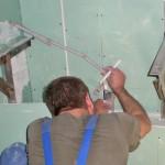 Teil der Unterkonstruktion, Monteur der Sanitärfirma bei der Montage